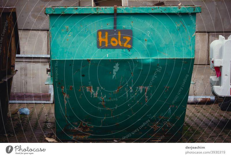 Metall Container nur für Holz. - Kein Metall- Farbfoto Tag Menschenleer Außenaufnahme alt Ziffern & Zahlen Schilder & Markierungen Detailaufnahme Schriftzeichen