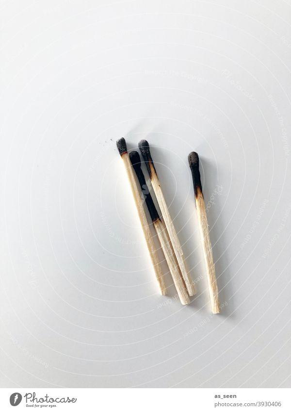 Streichhölzer 4 abgebrannt Holz Schwefel Streichholz Brand anzünden brennen heiß gefährlich zündeln Feuer Flamme entzünden abgebranntschwarz grau beige