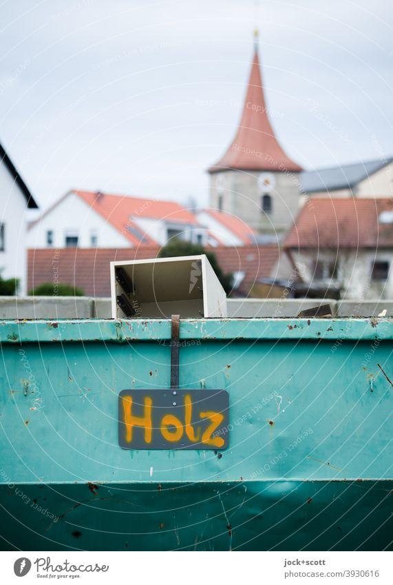 !Trash! 2020   Holz im Container Bauhof Kirchturm Beschriftung Schilder & Markierungen Hinweisschild Unschärfe Kleinstadt Franken Handschrift Abnutzung Abfall