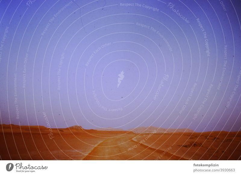 Ab in die (Negev-)Wüste Wüstenweg Weg unendlich nichts Himmel Weite Ferne Wüstenberge Landschaft warm Natur im Freien Raum Umwelt Menschenleer Ruhe Stille weit