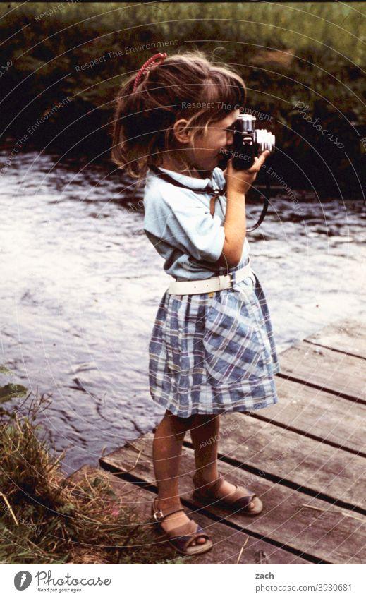Nachwuchskünstlerin Mädchen Kind Kindheit Natur Scan Dia analog Fotografie Fotokamera Fotografieren fotografin Freizeit & Hobby retro Wasser Fluss Bach Steg