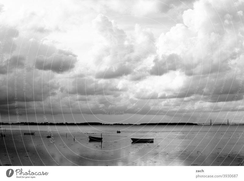 zeitweise bewölkt See Wasser Meer Ostsee Seeufer ostseeküste Boot Ruderboot Küste Ostseeküste Natur Erholung Dänemark ruhig Ruhe stille grau Wolken Himmel