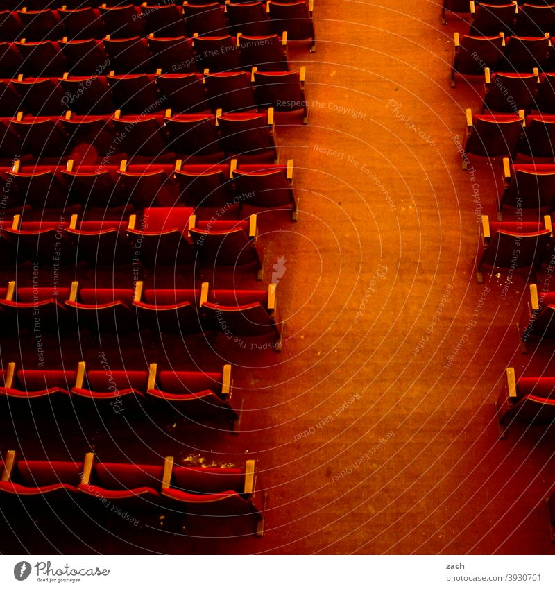 systemrelevant I Kultur Kunst Theater Kino Kinosaal Kinosessel Theatersaal Publikum leer alt Ruine kaputt rot Sitzreihe Sessel Freizeit & Hobby Lockdown