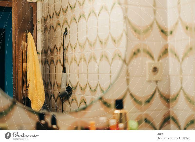 Retro Badezimmer - Spiegel, Fließen, Kosmetika, Handtuch und Föhn Wand hängen retro 70er Bunt alt vintage 70er Jahre Muster Nostalgie Fliesen altmodisch