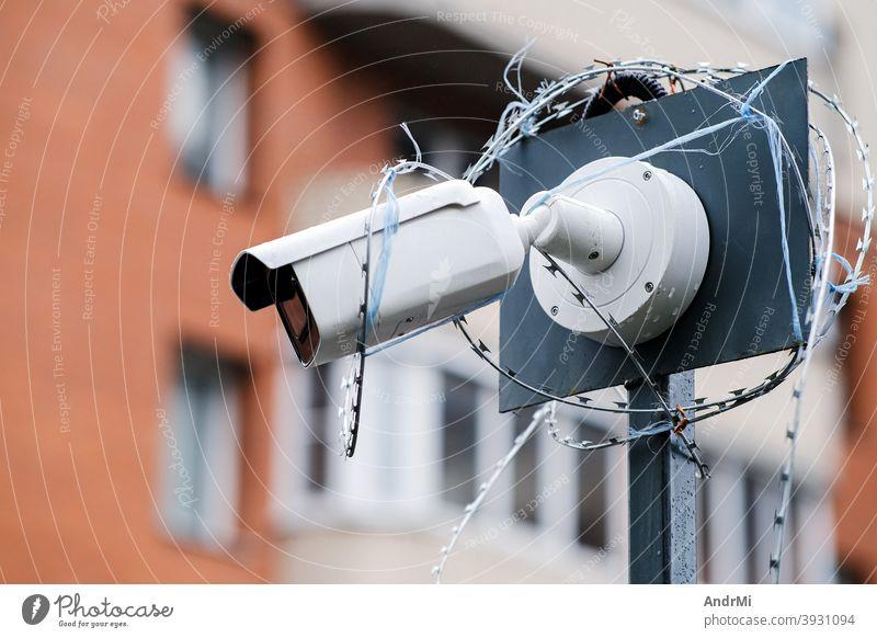 Überwachungskameras Gebäudefassade Großaufnahme. Elektronischer Schaltkreis. Das Konzept der Sicherheit. Fassade Gerät Aufnahme Privatsphäre spionieren Linse