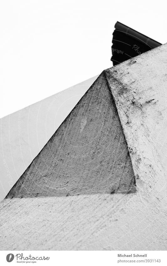 Abstrakte Formen (Blick nach oben an Hauswand) abstrakt Abstraktion abstrakte Fotografie Mauer ästhetisch Kreativität Kunst Ästhetik formen Dreieck dreiecke
