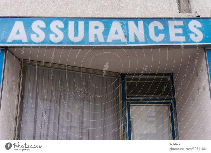 Schild Assurances weiß auf blau über einer alten Versicherungsagentur um 1950 französisch Blauton Weihnachten geschlossen vintage Schaufenster Eingangstür