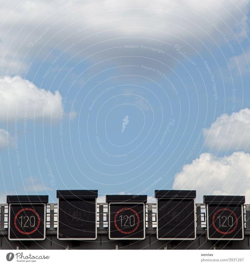 Dreimal Geschwindigkeitsanzeige 120 km/h auf einer Autobahn führt direkt in den blauen Himmel darüber mit flauschigen Wolken Verkehr Straßenverkehr