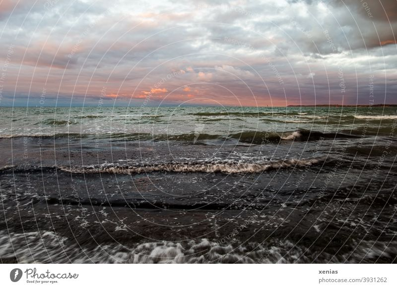 Sonnenuntergang am Himmel mit Wolken über dem grünen Wasser mit Wellen Landschaft Horizont Küste Meer Ferien & Urlaub & Reisen Abend Dämmerung Stimmung Ferne