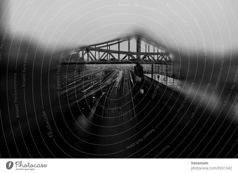 Swinemünder Brücke in Berlin Brücken Winter schwarz auf weiß Bokeh Deutschland Historische Sehenswürdigkeit abstrakt Eisenbahnen Eisenbrücke Bogenbrücke gewölbt