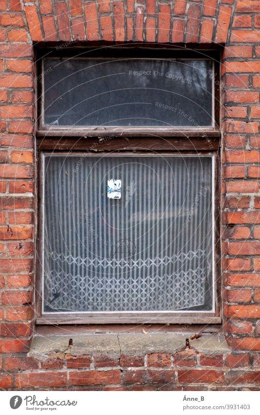 Verlassen - Fenster mit alter Gardine altes Fenster Fensterscheibe Ziegel Backstein verlassen vergessen flüchtig Flucht Gardinen Glas Architektur Wohnung