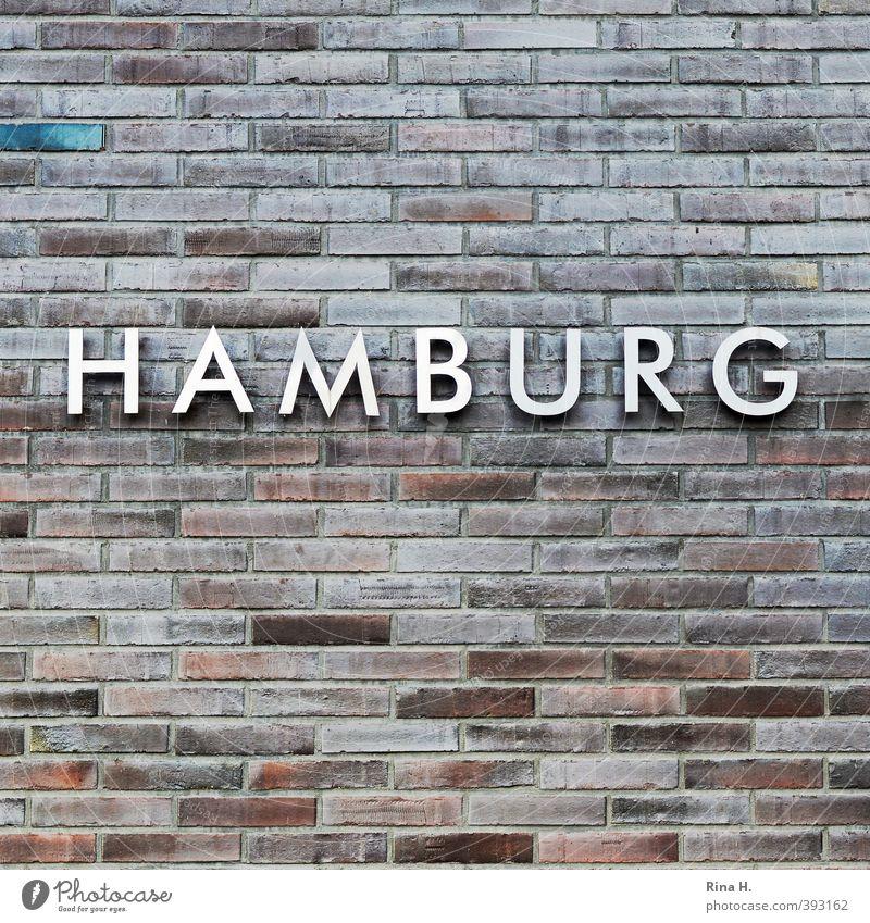 HAMBURG Mauer Wand Fassade Stein Metall Schriftzeichen Identität Hamburg Backstein Typographie Farbfoto Menschenleer Textfreiraum oben Textfreiraum unten