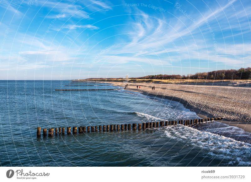 Buhnen an der Ostseeküste in Graal-Müritz Küste Graal Müritz Meer Strand Düne Dünengras Wellen Wasser Himmel Wolken blau Mecklenburg-Vorpommern Landschaft Natur