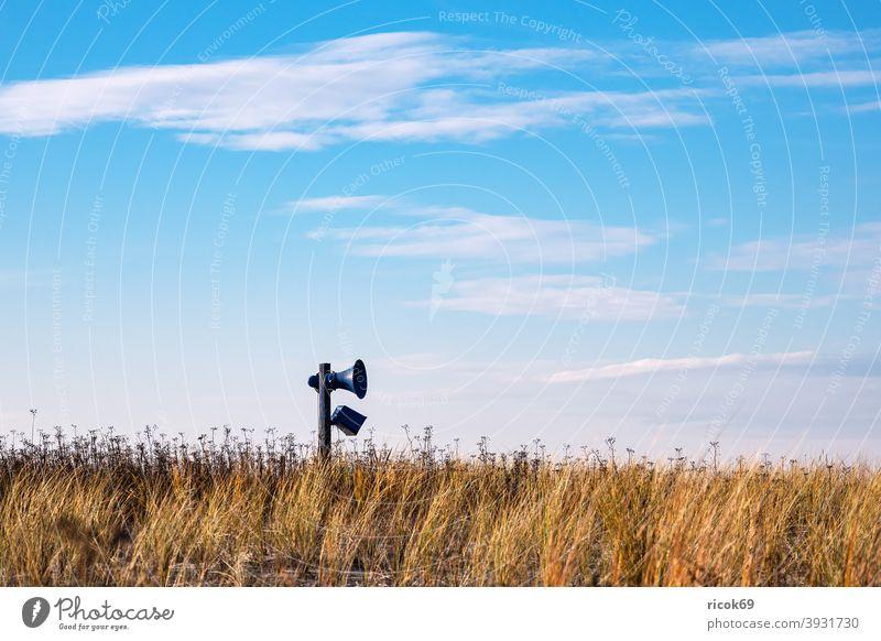 Lautsprecher in den Dünen an der Ostseeküste in Graal-Müritz Küste Graal Müritz Meer Strand Dünengras Himmel Wolken blau Mecklenburg-Vorpommern Landschaft Natur