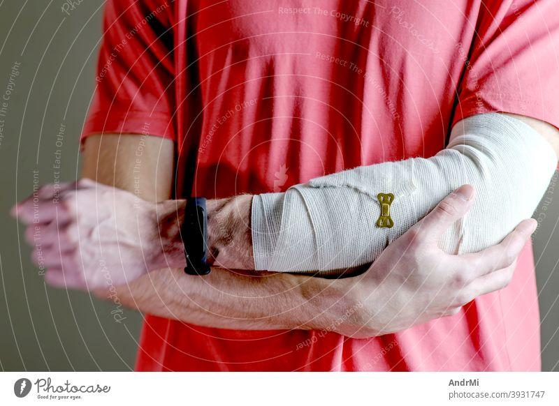 Der Mann stützt die verletzte Hand. Erstversorgung, die Hand wird mit einer elastischen Binde straff fixiert. bandagieren Hintergrund Training Arme Person Arzt