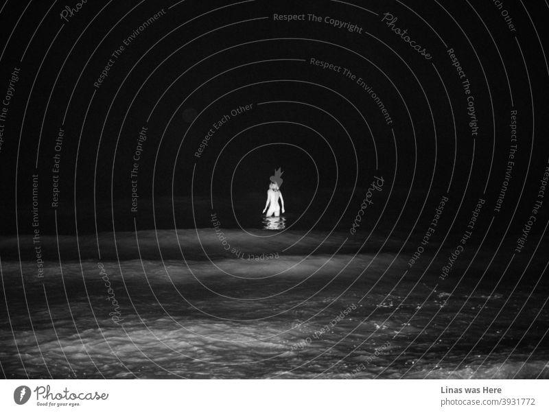 Dunkle Gewässer der Ostsee in dieser Sommernacht. Es ist kein Mythos, dass wunderschöne Meerjungfrauen nachts auftauchen und man die nackte Silhouette einer am Horizont sehen kann.