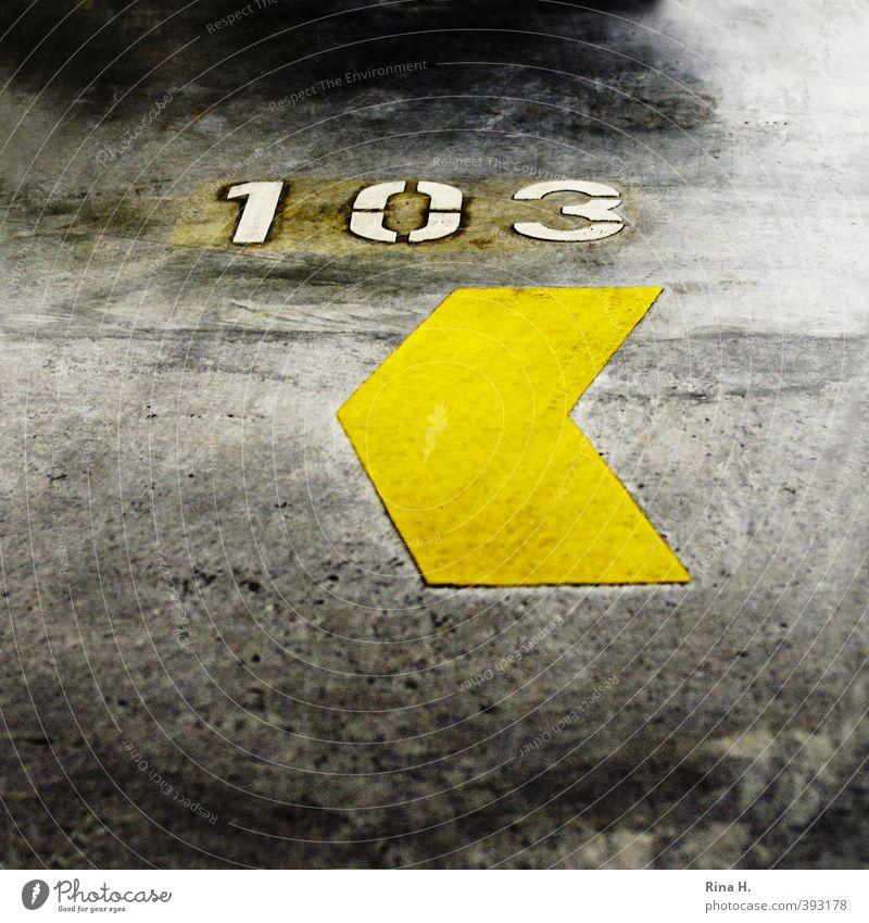 <103 Parkhaus Pfeil authentisch gelb Beton Ziffern & Zahlen Anzahl Quadrat Schilder & Markierungen Parkplatznummer Zeichen Farbfoto Innenaufnahme Menschenleer