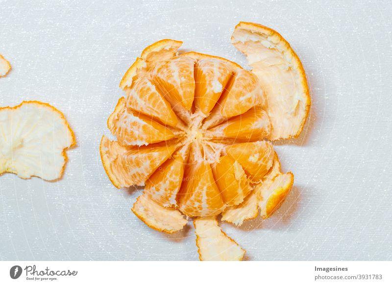 Reife saftige geschälte Orange Mandarine, Clementine lokalisiert auf hellem Hintergrund, Draufsicht. Orangenschalen, Orangenschale. Lebensmittel Foodfotografie