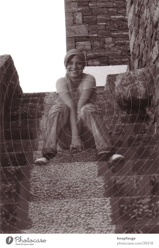 Stufengrinser Frau Kopftuch Tuch Treppe Schwarzweißfoto lachen