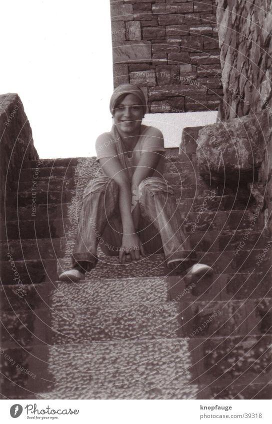Stufengrinser Frau lachen Treppe Tuch Kopftuch