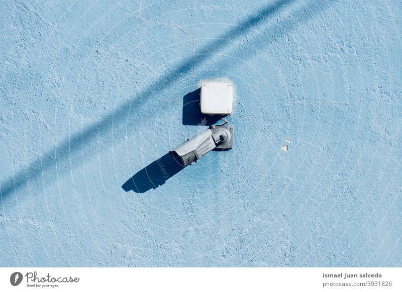 Überwachungskamera an der blauen Wand des Gebäudes Fotokamera Videokamera Hintergrund Straße Sicherheit Gerät Schutz Technik & Technologie System Kontrolle