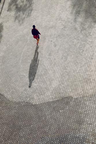 Touristen auf der Straße beim Besuch der Stadt Bilbao, Spanien Tourismus Person Menschen menschlich Fußgänger Schatten Silhouette im Freien Großstadt besuchen