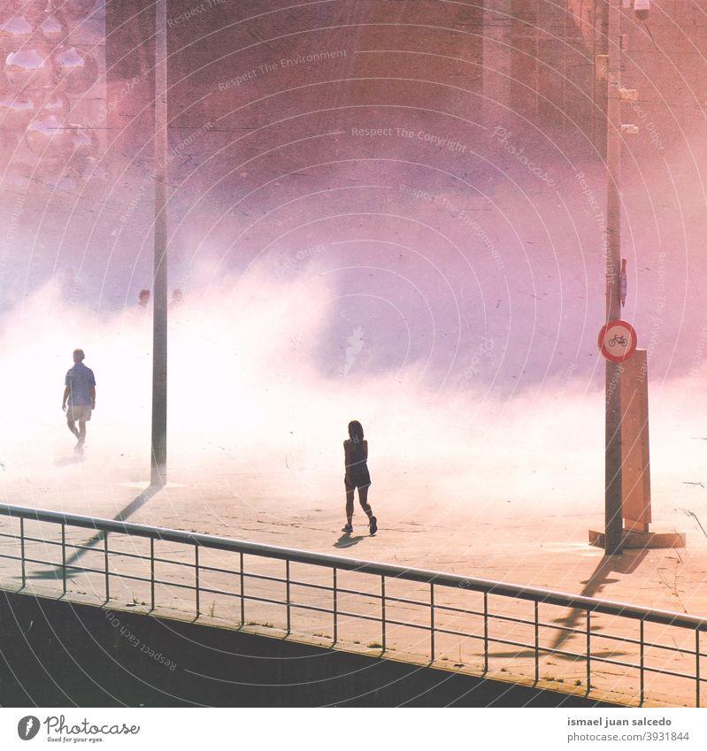 Tourist auf der Straße beim Besuch der Stadt Bilbao, Spanien Menschen Person menschlich Fußgänger Tourismus Menge Großstadt urban laufen Nebel neblig Tag Wetter