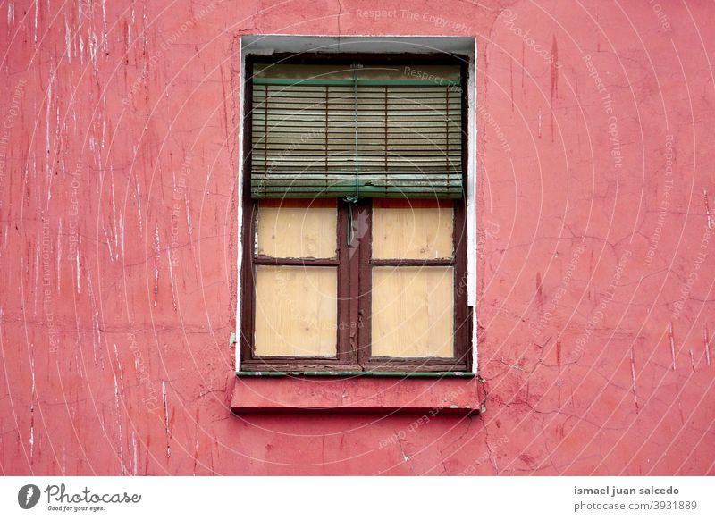 Fenster an der roten Fassade des Hauses, Architektur in der Stadt Bilbao Spanien Gebäude Außenseite heimwärts Straße Großstadt im Freien Farbe farbenfroh
