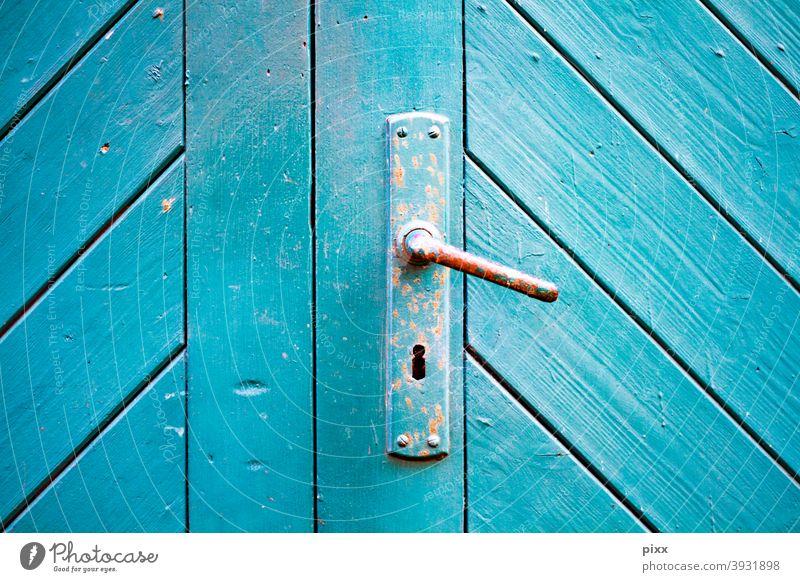 Holztor türkis mit Türklinke geschlossen blau Schlüsselloch Türgriff Eingangstür Tor verschlossen Verschlossenheit Rost rostig diagonal Latten Farbe Renovieren