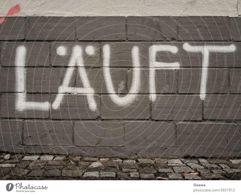 LÄUFT Farbfoto Schrift Wandmalereien Jugendkultur Kultur Kunst Kreativität Buchstaben Straßenkunst Typographie Putz Schmiererei Schreibschrift Handschrift