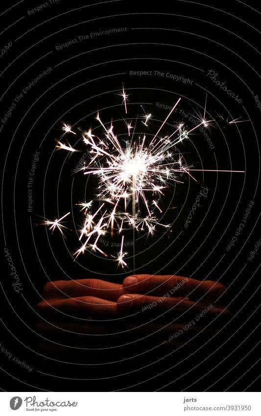 auf ein neues .... Sterne Feuerwerk Wunderkerze Hand Silvester u. Neujahr Lichterscheinung Funken Nacht Feste & Feiern glänzend Party hell dunkel