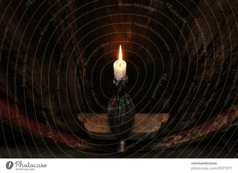 Kerze vor einem Weinfass aus Holz kerze kerzenlicht weinfass weingut weinanbau weinerzeugung weinkeller holzfass alt alkohol gären reife weinflasche flamme