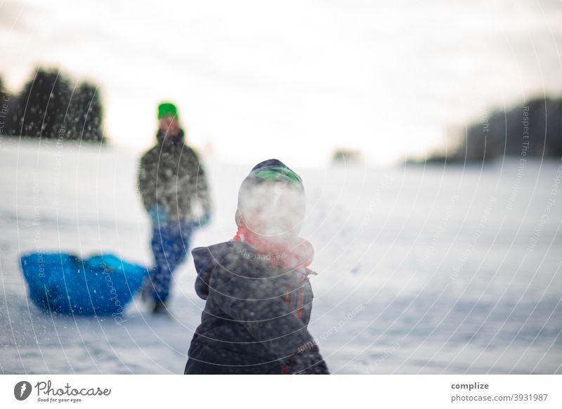 Kinder machen eine Schneeballschlacht verfolgen Winter Pulverschnee weiß wandern Outdoor Wald kalt verlaufen Verfolgung düster Schwäbische Alb Sonnenlicht