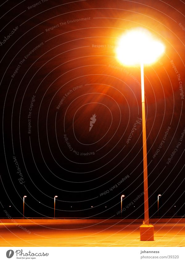 Straßnlampe auf einsamen Parkplatz Einsamkeit dunkel Laterne Straßenbeleuchtung