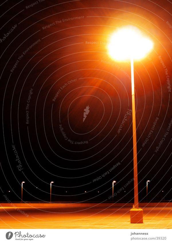 Straßnlampe auf einsamen Parkplatz Laterne Straßenbeleuchtung dunkel Licht Einsamkeit