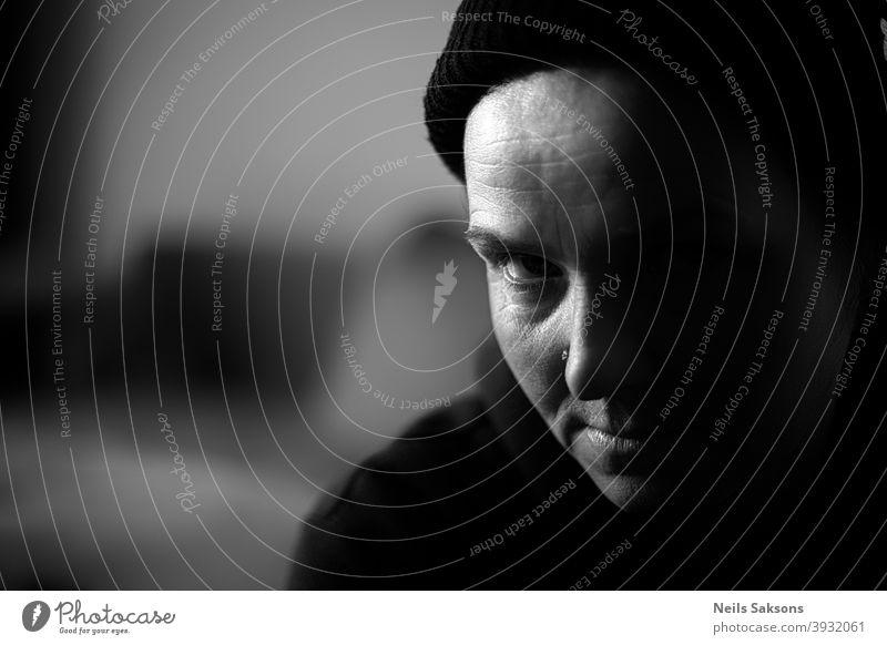 Porträt einer Frau mit schwarzer Mütze Blick in die Kamera Aussehen in die Kamera schauen Gesicht Schwarzweißfoto feminin Mensch schön Beanie 1 abstrakt Kunst