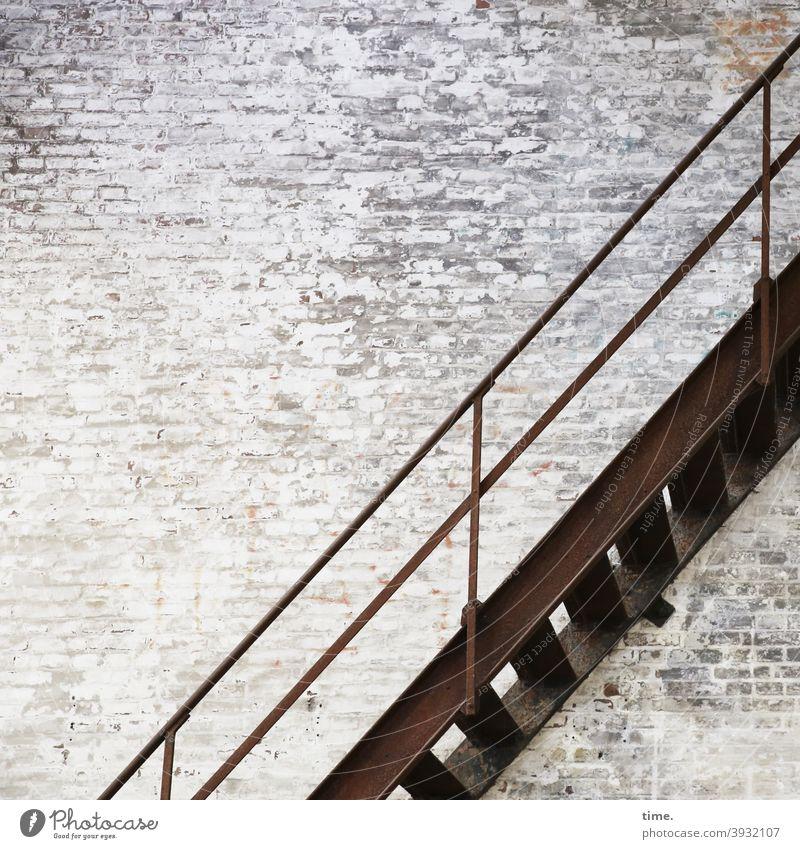 dutch wall stairs wand treppe mauer trashig alt Backsteinwand gestrichen abblättern hoch handlauf braun treppenabsatz treppengeländer verbindung schräg diagonal