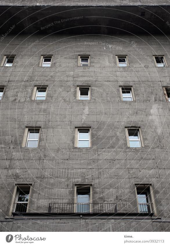 Knaststadt Bunker Fenster Mauer fest Fassade geländer skurril Klaustrophobie hoch sicher verschlossen architektur bauwerk grau reflexion himmel dach