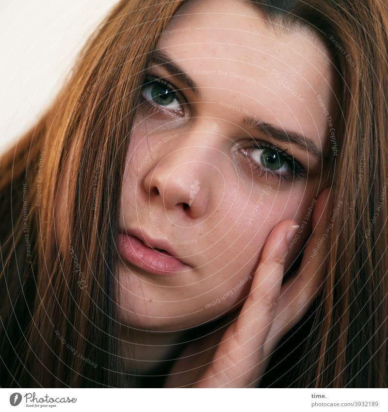 Natalia nachdenklich konzentriert hand aufstützen brünett braunhaarig langhaarig blick portrait