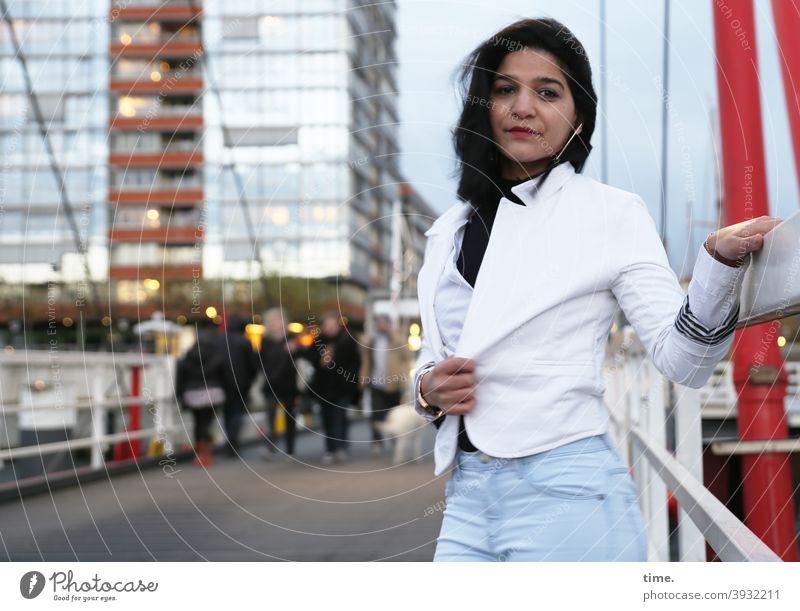 Elis Portrai hochhaus brücke kühl brückengeländer urban jacke jeans dunkelhaarig langhaarig städtisch fassade skeptisch blick halten ohrring