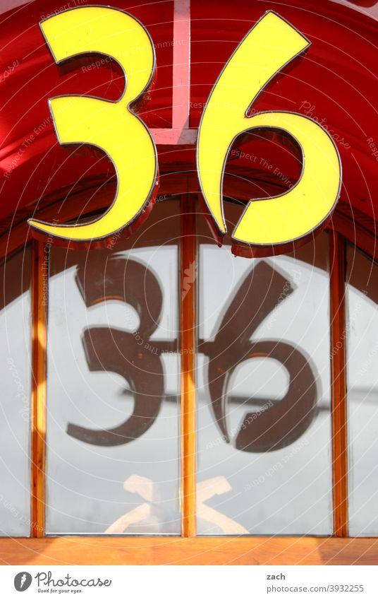 Nummer 36 Haus Fassade Ziffern & Zahlen Schilder & Markierungen Hausnummer Glas Glasfassade Scheibe Fenster