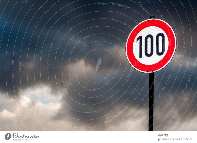 100 Verkehrsschild StVO Schilder & Markierungen Tempo 100 Geschwindigkeitsbegrenzung Schnellstraße Himmel Gewitterwolken Sicherheit Hinweisschild Straßenverkehr
