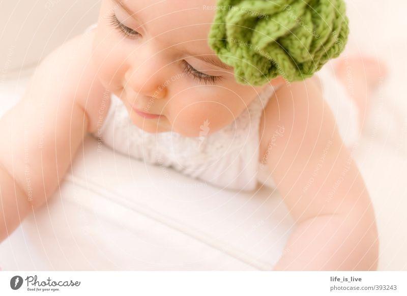 soft moments harmonisch Erholung feminin Baby Gesicht 0-12 Monate Stirnband schön natürlich niedlich ästhetisch Kindheit zart liegen Gedeckte Farben Nahaufnahme
