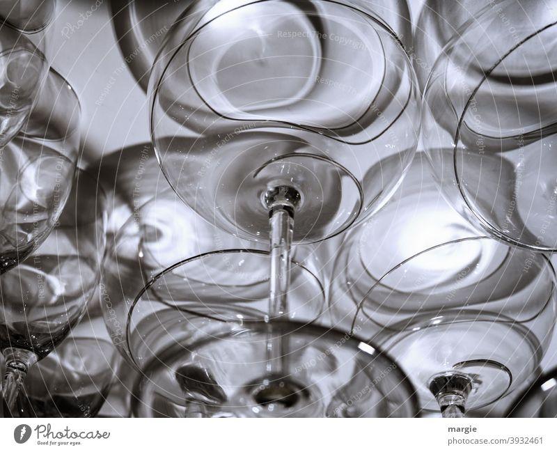 Prosit Neujahr! Gläser im Schrank Glas Licht Rotweinglas Weinglas Schatten Alkohol Getränk Nahaufnahme Feste & Feiern Innenaufnahme genießen Party Restaurant