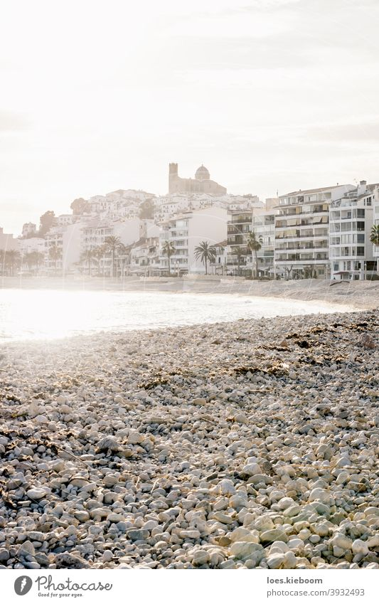 Der zerstörte Strand in Altea nach Sturm Gloria im Januar 2020 mit Blick auf Küste und Altstadt im Gegenlicht, Altea, Costa Blanca, Spanien altea mediterran