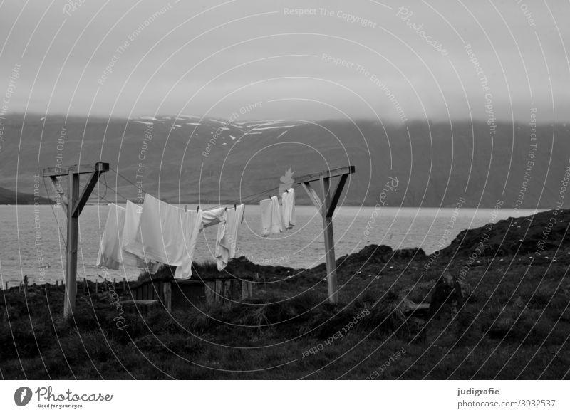 Wäsche trocknet an isländischem Fjord Wäscheleine Wäsche waschen Wäscheständer Island Landschaft Waschtag Häusliches Leben Alltagsfotografie Bekleidung frisch