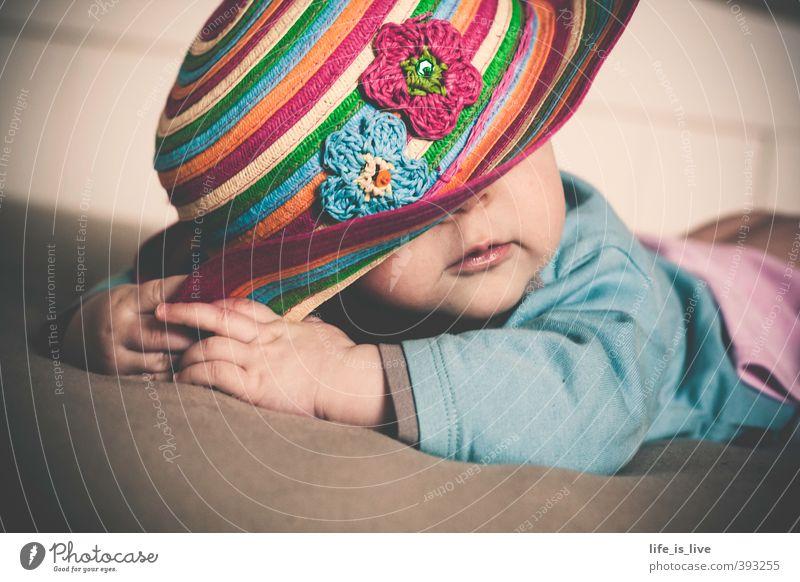 in Pose schön feminin Baby 1 Mensch 0-12 Monate liegen niedlich Hut Gedeckte Farben Innenaufnahme Porträt