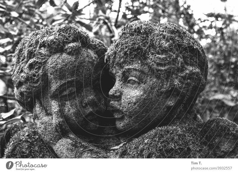 Zwei Engel mit Moos s/w Friedhof Schwarzweißfoto b/w Architektur Detailaufnahme dunkel schwarz Außenaufnahme alt