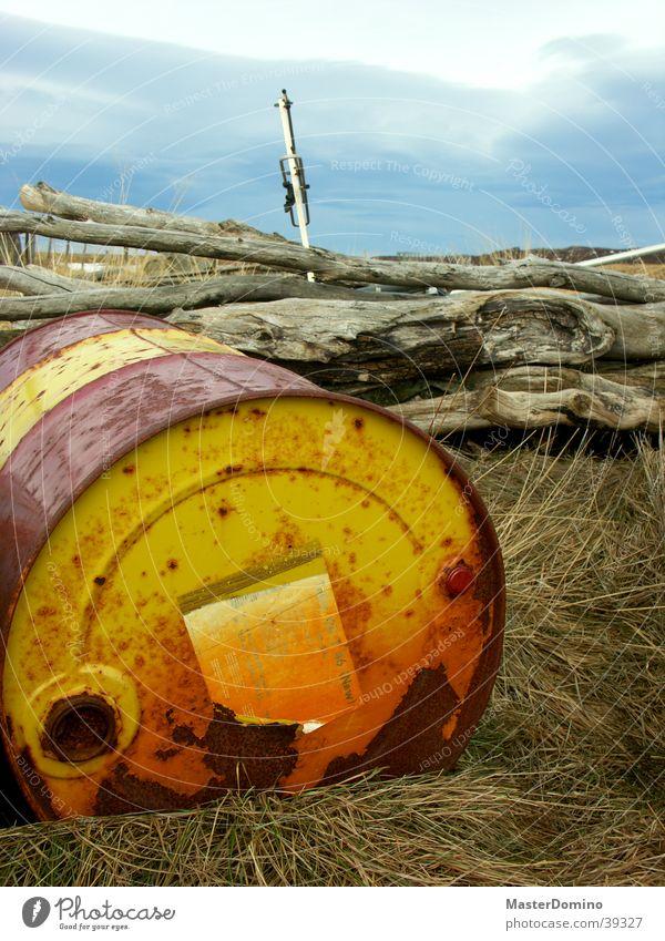 Tellus Oil T 46 (new) Natur alt Himmel rot gelb Wiese Gras Industrie Farbe Rost Erdöl Baumstamm Fass eigenwillig Ölfass