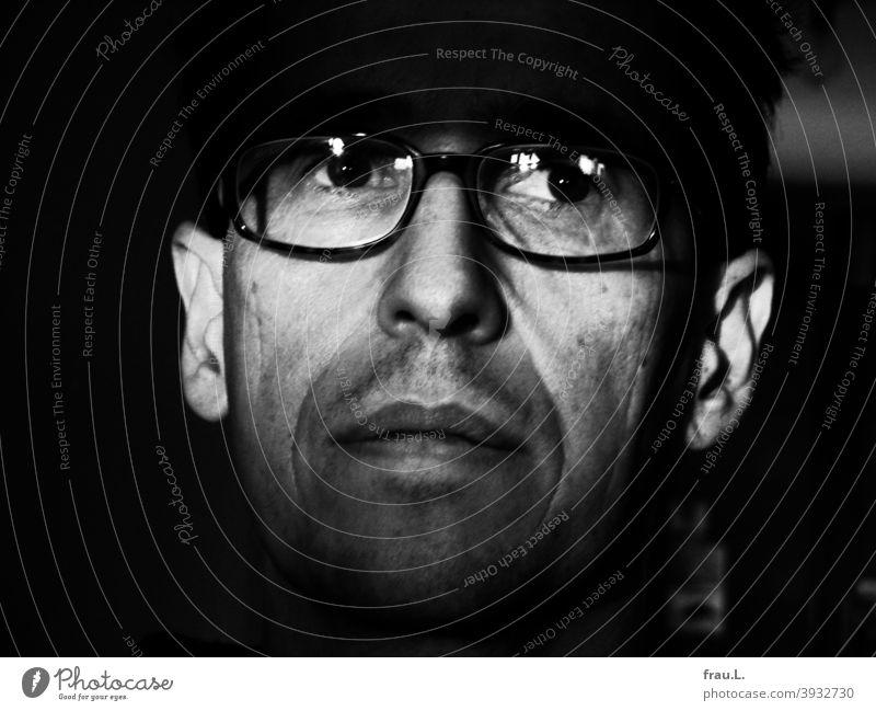 Ein Blick aus großen Augen Mann Gesicht Porträt Brille Sonnenlicht nachdenklich